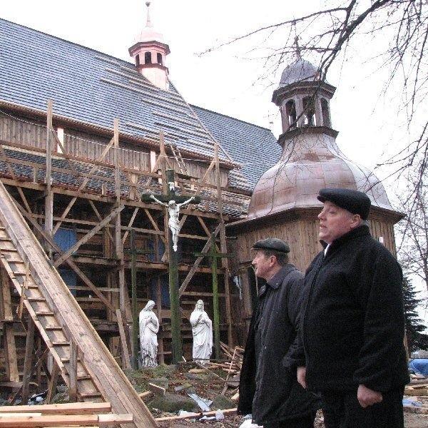 Na kościele i w kościele trwa budowa. Na  zdjęciu przewodniczący rady parafialnej  Stanisław Skowron i proboszcz Wojciech  Czechyra