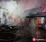 Kraków. Strażacy przez ponad pięć godzin gasili pożar przy ulicy Łowińskiego [ZDJĘCIA]