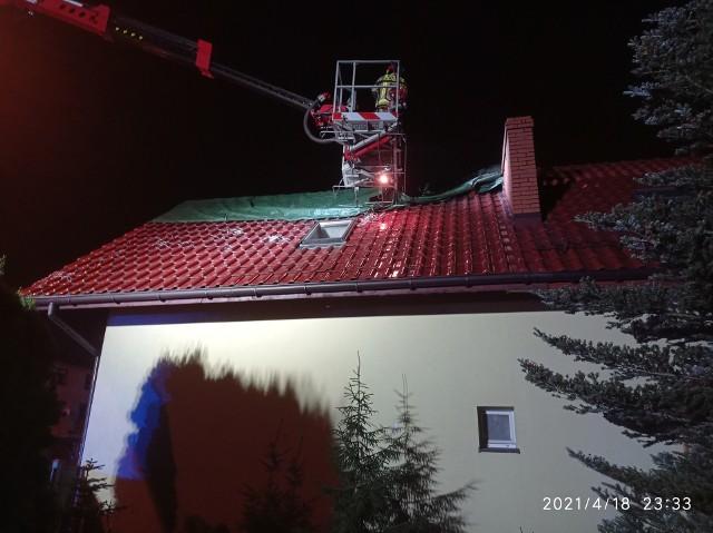 Prawdopodobną przyczyną pożaru było zapalenie się krokwi dachowej od przewodu kominowegoZobaczkolejnezdjęcia. Przesuwajzdjęcia w prawo - naciśnij strzałkę lub przycisk NASTĘPNE