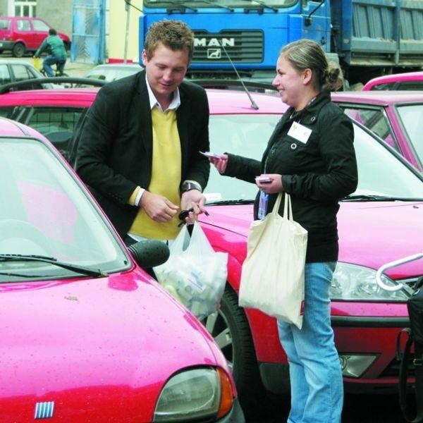 Karolina Kropiewnicka wręcza breloczek wzorowemu kierowcy, który prawidłowo zaparkował samochód