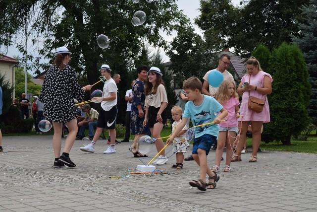 Zabawa na rynku w Skalbmierzu