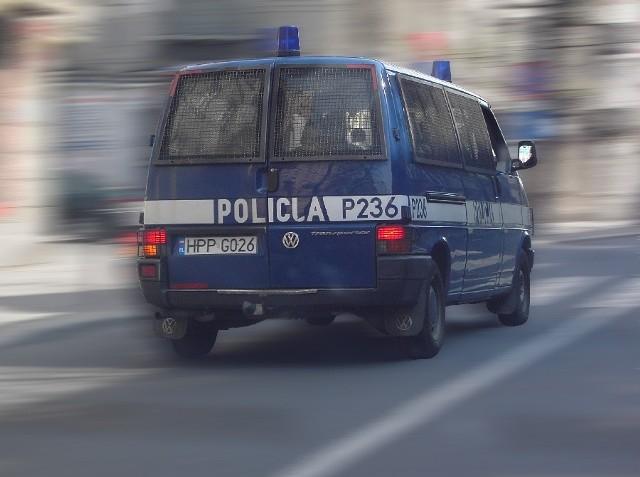 z ogrodów przy ul. Toruńskiej w Inowrocławiu zwrócili uwagę na podejrzanie zachowującego się mężczyznę. Wezwali policję