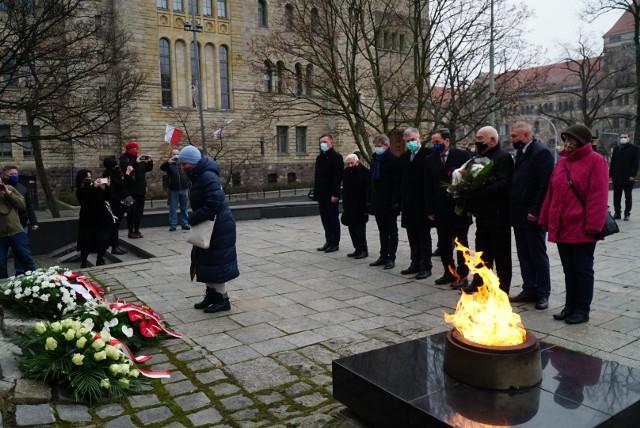 W Poznaniu upamiętniono 39. rocznicę wprowadzenia stanu wojennego w Polsce. O godz. 10.30 złożono kwiaty pod Pomnikiem Ofiar Czerwca 1956 roku.