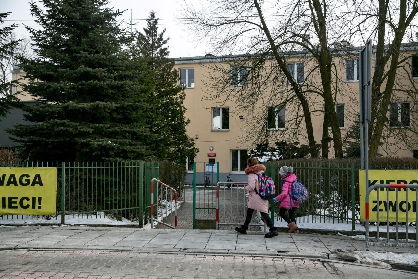 Pierwszoklasiści ze szkoły podstawowej przy ulicy Judyma 10 mają być dowożeni na lekcje do budynku przy ulicy Cechowej 57