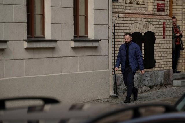 """Proces """"Mariusz Milewski, ofiara księdza pedofila kontra Kuria Diecezjalna Toruńska"""" wraca 18 marca na wokandę Sądu Okręgowego w Toruniu po rocznej przerwie. Młody mężczyzna domaga się miliona złotych zapłaty za krzywdy, których doznawał przez dekadę od księdza Jarosława P., prawomocnie skazanego na 3 lata więzienia."""