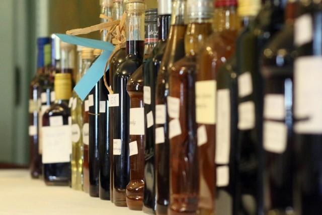 """Polacy piją coraz więcej alkoholu. A w których zawodach najwięcej? Zobaczcie, które grupy zawodowe przyznały się do nadużywania alkoholu i jaki to odsetek. Dane pochodzące z """"Diagnozy społecznej""""."""