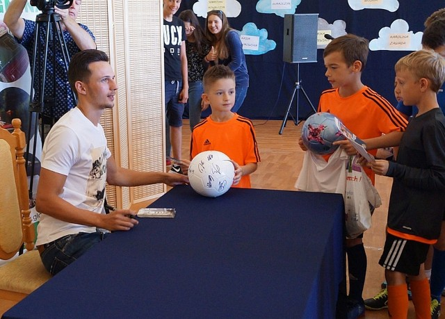 Rafał Wolski odwiedził rodzinny Głowaczów, spotkał się z uczniami i piłkarzami UKSJastrząb