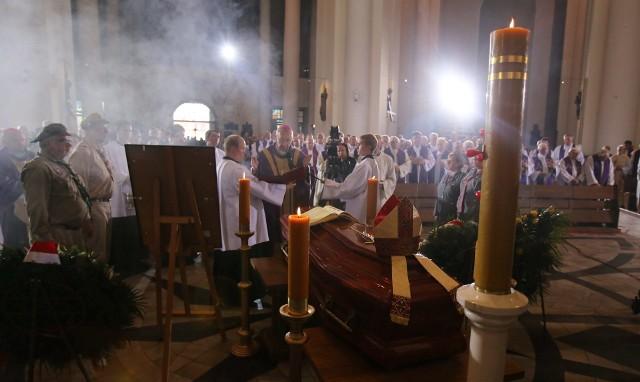 Pogrzeb arcybiskupa Szczepana Wesołego. Zmarły,, zgodnie ze swoją wolą, spoczął w Kościele św. Piora i Pawła w Katowicach