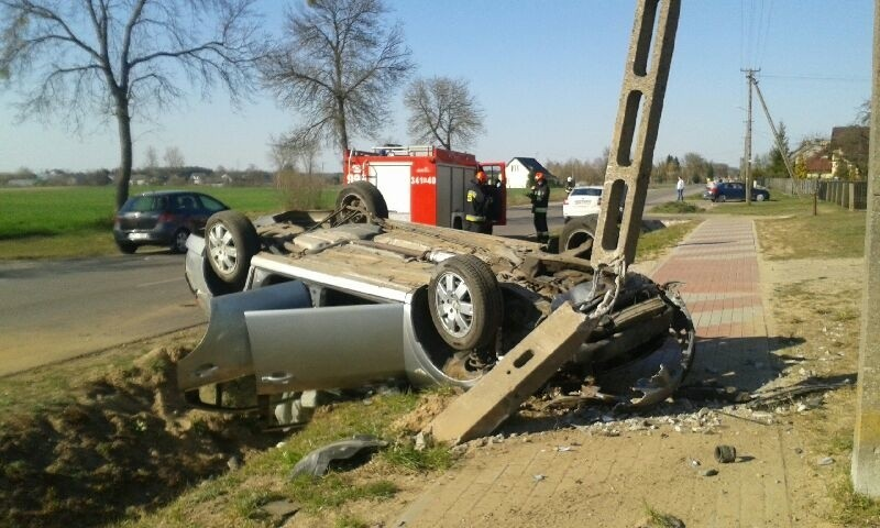 Wypadek w Żabinie gm. Goworowo. Auto dachowało