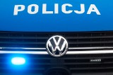 Policjanci w Jasienicy Rosielnej eskortowali samochód z ranną dziewczynką, która krwawiła po upadku na przeszklone drzwi