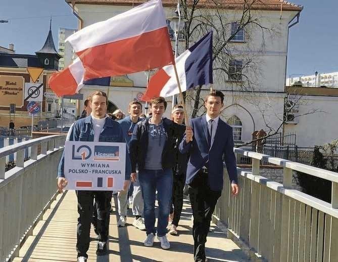 Każdego roku Jedynka gości młodych Francuzów, a potem jej uczniowie jadą po wrażenia do Francji.