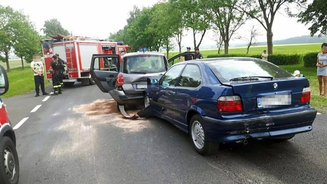 Do zdarzenia doszło w sobotę, 12 maja, na drodze krajowej nr 29 koło Krosna Odrzańskiego. Kierowca volkswagena golfa wyprzedzając uderzył w tył bmw, które wpadło na renault.  Kierujący volkswagenem golfem wyprzedzał kolumnę samochodów. Uderzył w tył bmw, które wbiło się w tył renault. Oba auta chwilę wcześniej zatrzymały się, bo jadący przed nimi samochód służby drogowej skręcał w lewo Na miejsce przyjechały służby ratunkowe. Rozbitymi samochodami zajęli się strażacy zawodowi z Krosna Odrzańskiego i jednostka OSP Szczawno. Ekipa karetki pogotowia ratanowego przebadała jedną osobę. Na szczęście nic się jej nie stało.Krośnieńscy policjanci zatrzymali prawo jazdy sprawcy kolizji. Kierowca golfa stanie również przed sądem. – Za spowodowanie zagrożenia na drodze został sporządzony wniosek o jego ukaranie przez sąd – mówi asp. szt. Dariusz Kocur, naczelnik drogówki w Krośnie Odrzańskim.Autor: Piotr JędzuraZobacz wideo: Ominął rogatki i wjechał prosto pod pociąg. Za bezmyślność zapłacił życiem