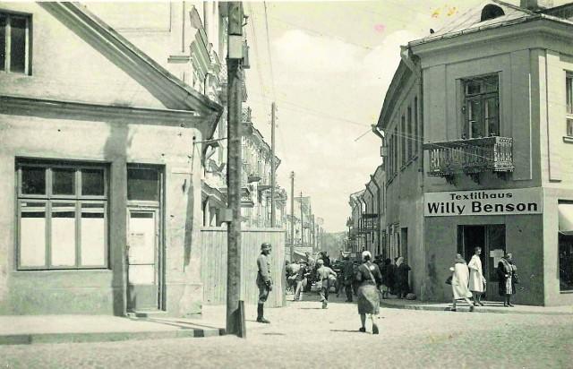 Tak wyglądała brama przy ówczesnej ul. Kupieckiej. Przy wejściu stoi strażnik, a kobieta idąca do getta ma na plecach Gwiazdę Dawida. Zdjęcie ze zbiorów Jana Murawiejskiego.