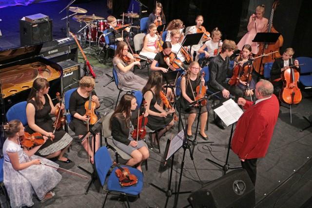 Tym razem na koncercie niedzielnym słuchaliśmy uczniów Państwowej Szkoły Muzycznej II stopnia. Zaprezentowały się zespoły instrumentalne i zespół wokalny. W przewie koncertu, oprócz słodkiego poczęstunku, uczta duchowa na wernisażu Tomasza Woźniaka artysty z Gdańska.