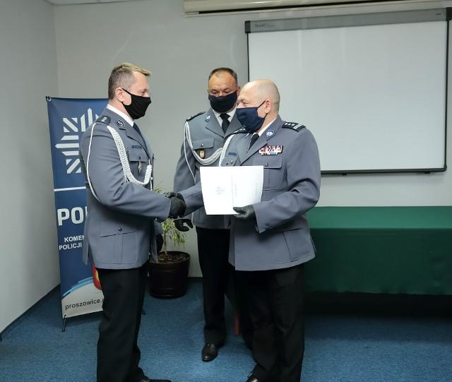 Rozkaz powołania na stanowisko zastępcy komendanta powiatowego w Proszowicach wręczył Marcinowi Laskoszowi (z lewej) zastępca komendanta wojewódzkiego policji w Krakowie insp. Rafał Leśniak.