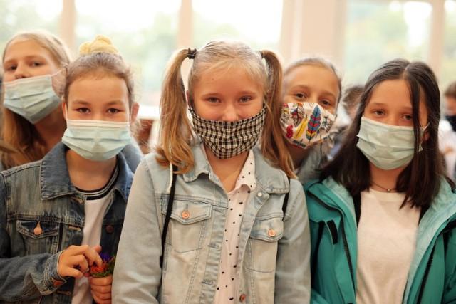 Wychodzimy z trzeciej fali pandemii koronawirusa, a więc - witaj, szkoło!