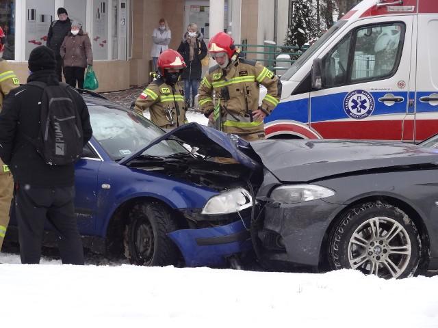 Oba uczestniczące w zderzeniu auta znacznie ucierpiały.