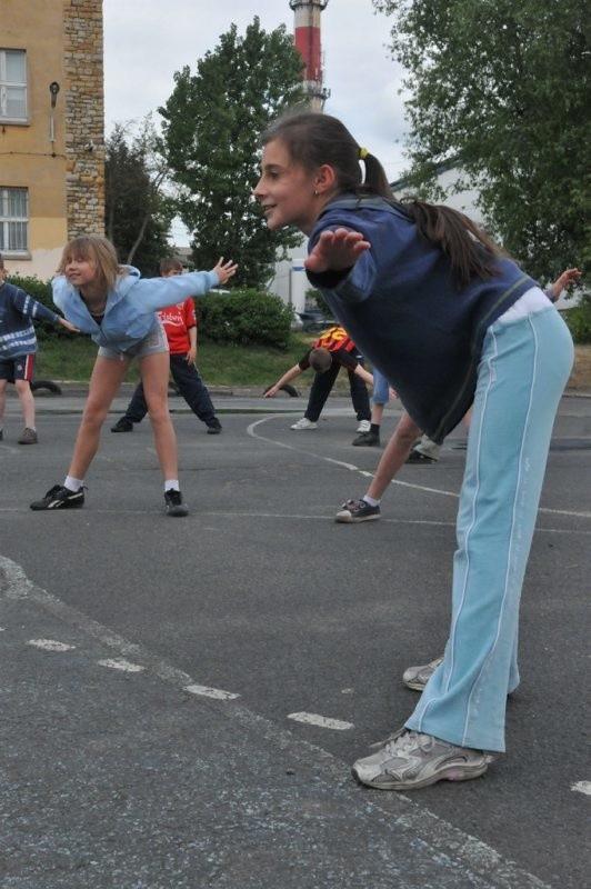 Dziś dzieci ze szkoły podstawowej im. Janusza Korczaka lekcję wychowania fizycznego odbywają na zniszczonym asfaltowym boisku. We wrześniu będzie tu Orlik