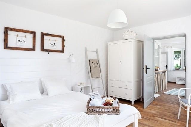 Sypialnia w stylu skandynawskimOzdoby w innym kolorze ożywią białe wnętrze i nadadzą mu ciepła.