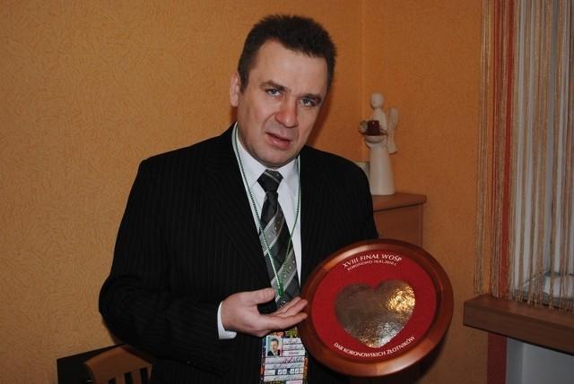 Ważące 200 g srebrne serce ofiarowane przez koronowskich złotników prezentuje Piotr Polasik, szef sztabu WOŚP w Koronowie