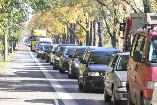 Kierowcy planujący podróż do stolicy Dolnego Śląska nie powinni zapominać, że oprócz czasu potrzebnego na pokonanie samej trasy, po dojeździe do rogatek miasta, sporo może zająć też sam wjazd do Wrocławia. Które drogi często się korkują, a które lepiej omijać ze względu na złą nawierzchnię lub  inne uciążliwości? Do kolejnych slajdów możecie przejść za pomocą strzałek, lub gestów.