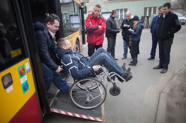 Uczestnicy szkoleń uczą się też pomagać osobom niepełnosprawnym.