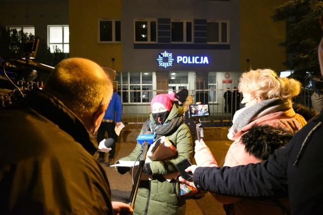 Pierwsza pikieta przed Komendą Miejską Policji w Toruniu odbyła się w ostatnią środę listopada. W pierwszą środę grudnia uczestnicy protestów spotkali się pod policyjną centralą już po raz piąty. Dwie z tych pięciu pikiet odbywały się przed bramą Komisariatu Toruń-Śródmieście przy ul. PCK