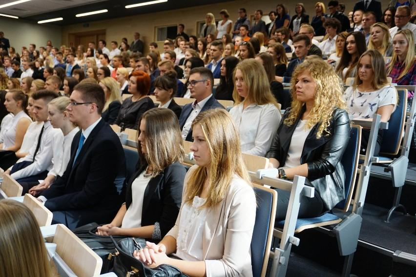 """Obecnie 6 na 10 studentów pracuje, ale jedynie 25 proc. zarabia """"na rękę"""" powyżej 2 tys zł."""