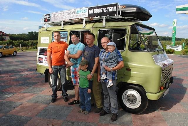 Załoga Na Bogato Team pożegnała się z najbliższymi i ruszyła z Brodnicy do Katowic, gdzie odbył się oficjalny start