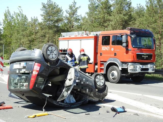 Do groźnego wypadku doszło na drodze krajowej nr 19. Zderzyły się dwa samochody osobowe. Jedno z nich dachowało.