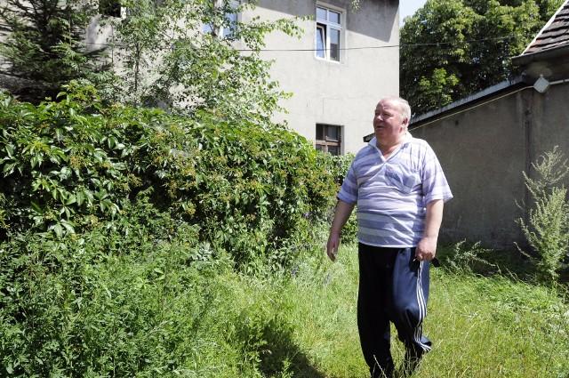 Pan Jerzy w ogrodzie- ADM chce pobierać dodatkowe pieniądze za wodę do podlewania ogródka, chociaż czerpię ją z kuchni, w której jest licznik - mówi pan Jerzy z Okola.