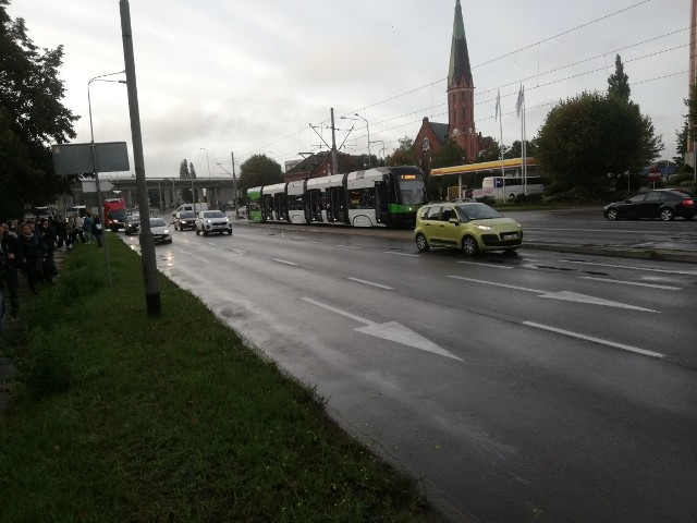 Tramwaj linii 7 zderzył się na ul. Energetyków w Szczecinie z samochodem osobowym
