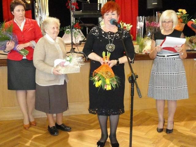 Przy mikrofonie Renata Basta, założycielka klubu, z prawej Teresa Dankowska, obecna prezeska.