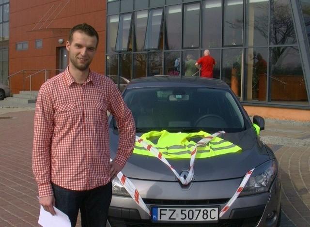 Robert Górski ironizuje, iż może wkrótce również samochody powinny być oznakowane kamizelkami.