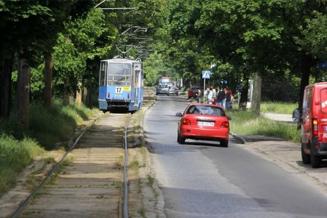 Ul. Przyjaźni jest w remoncie. Tramwaje linii 17 przestały kursować - mają je zastępować autobusy linii 717. Jednak mają problemy techniczne...