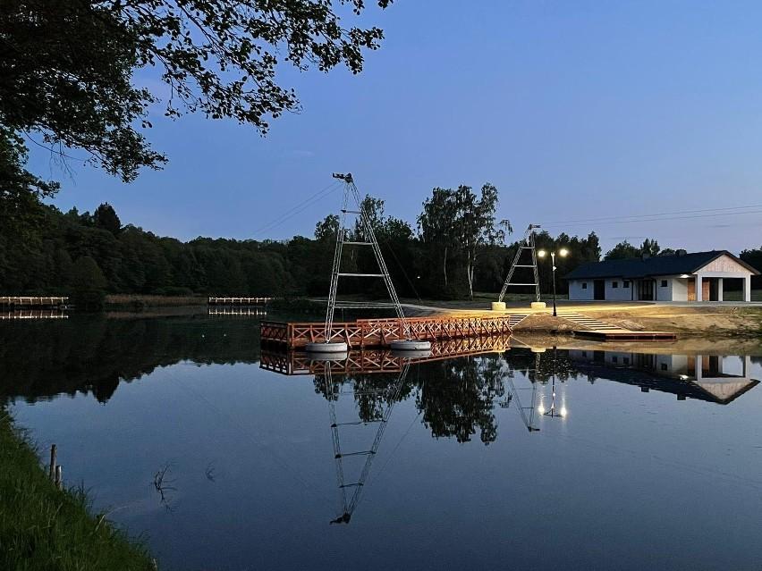 W Lisowicach trwają testy podświetlenia drewnianego pomostu. Można podziwiać je co wieczór. ZDJĘCIA