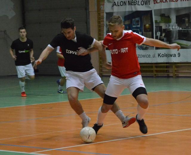 O piłkę walczą Dawid Wrona z Tomicomu (z lewej) i Patryk Strona (Autoart)