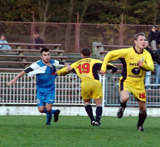 Piłkarze Wybrzeża Rewalskiego (z prawej) wygrali nieoczekiwanie w Szczecinku z Darzborem 3:2. Końcówkę mieli piorunującą...