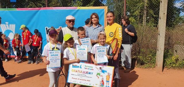 Prezes Miejskiego Klubu Tenisowego Ryszard Kaliński zadbał o uśmiechy najmłodszych miłośników tenisa