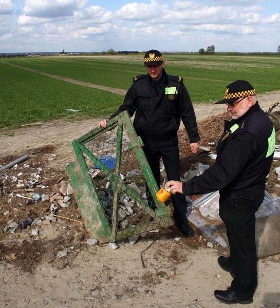 Strażnicy miejscy Jarosław Basta i Bogusław Reguła patrolują dzikie wysypiska jak to przy ul. Ceramicznej.