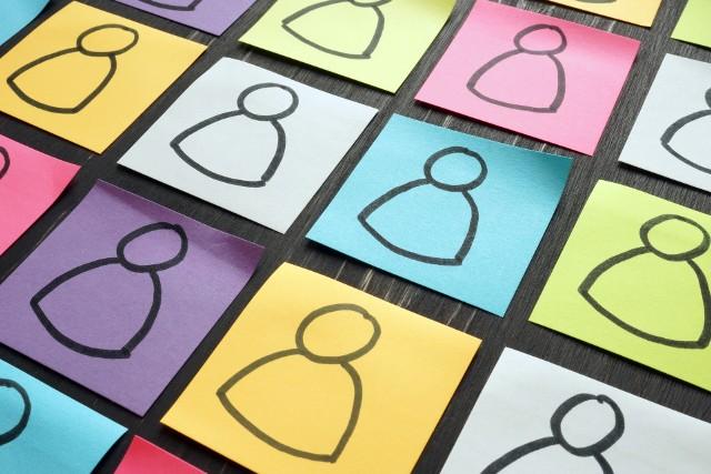 Jesteś ekstrawertykiem czy introwertykiem? To popularne typy osobowości, które określił Jung, ale jego koncepcje zostały rozwinięte. Tak powstał test Myers-Briggs, który do dzisiaj jest popularnym narzędziem rozwojowym. Uwzględniono w nim aż 16 różnych typów osobowości. Sprawdź, do którego z nich ci najbliżej!