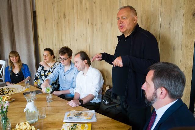 To dla nas trochę ekscytująca podróż w nieznane – mówi Roman Gutek, pomysłodawca festiwalu (na zdjęciu stoi) Obok kuratorzy wydarzeń i Radosław Dobrowolski, burmistrz Supraśla (z prawej)