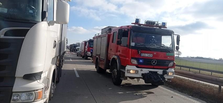 TIR-y na lewym pasie, nikt się nie zatrzymuje. Zobaczcie nagranie strażaków, którzy jechali do wypadku na A4 [FILM]