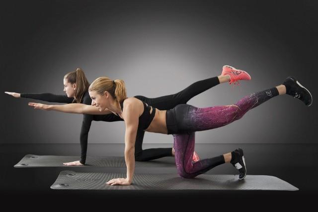 Naprzemienne wzniosy ręki i nogi w klęku podpartympozycja wyjściowa:- zrób klęk podpartyćwiczenie:- będąc w podporze unieś jedną rękę tak, aby znalazła się w linii prostej z ciałem. To samo zrób z przeciwległą nogą- wytrzymaj tak kilka sekund, po czym zmień strony na przeciwne ramię i nogę- ćwiczenie powtórz kilka razyMięśnie zaangażowane w ruch:- core- brzucha