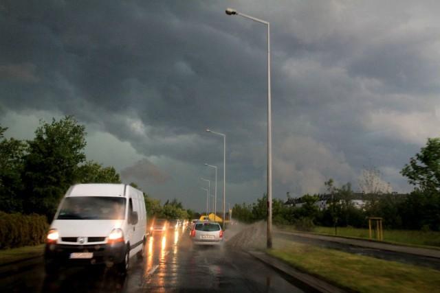 Synoptycy prognozowali dziś opady deszczu i możliwe burze na południu i zachodzie Polski. Tym razem nie pomylili się w przypadku Dolnego Śląska. W poniedziałek przez większą część naszego regionu przeszły burzowe chmury przynoszące miejscami intensywne opady deszczu. Deszczowo ma być jeszcze do jutrzejszego poranka.CZYTAJ WIĘCEJ NA KOLEJNYCH SLAJDACH - ZOBACZ ZDJĘCIA Z DOLNEGO ŚLĄSKA
