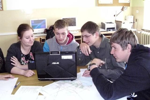 """Uczniowie z """"Rolnika"""" badają otoczenie, zmiany pogodowe, analizują, fotografują i opisują."""