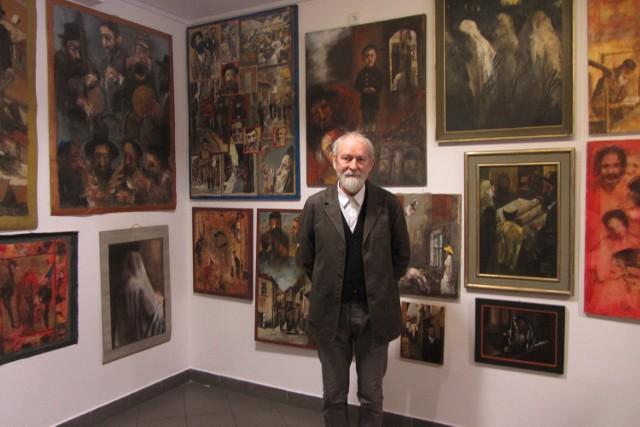 Marek Cierniewski na tle swoich prac