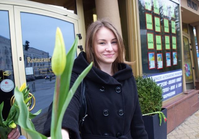 W Dzień Kobiet warto wręczyć tulipana dla każdej przedstawicielki płci pięknej