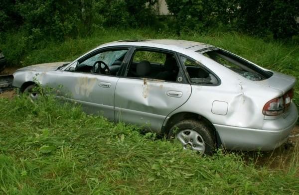 Auto miało powybijane szyby, urwane lusterka i wgniecenia na karoserii.