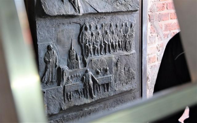 Każdy z fragmentów tworzący Inowrocławskie Drzwi Jubileuszowe przedstawia ważne wydarzenia z historii Inowrocławia, co prezentujemy na kolejnych slajdach naszej fotogalerii
